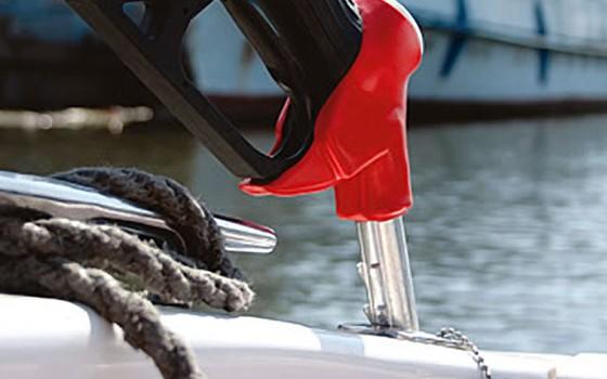 Заправка лодки бензином
